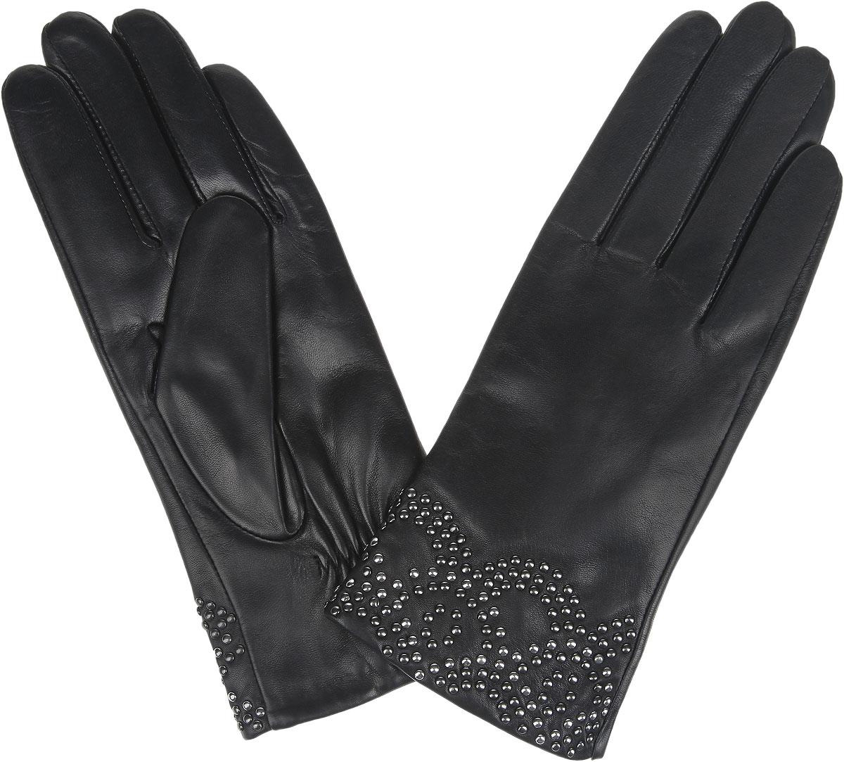 9.80-1_blackЖенские перчатки Fabretti не только защитят ваши руки от холода, но и станут стильным украшением вашего образа. Перчатки изготовлены из натуральной кожи на подкладке из шерсти с добавлением кашемира. Лицевая сторона модели декорирована по краю узором, выполненным из металлических клепок. Запястье оснащено небольшой резинкой, фиксирующей модель на руке. Перчатки Fabretti станут завершающим и подчеркивающим элементом вашего стиля.