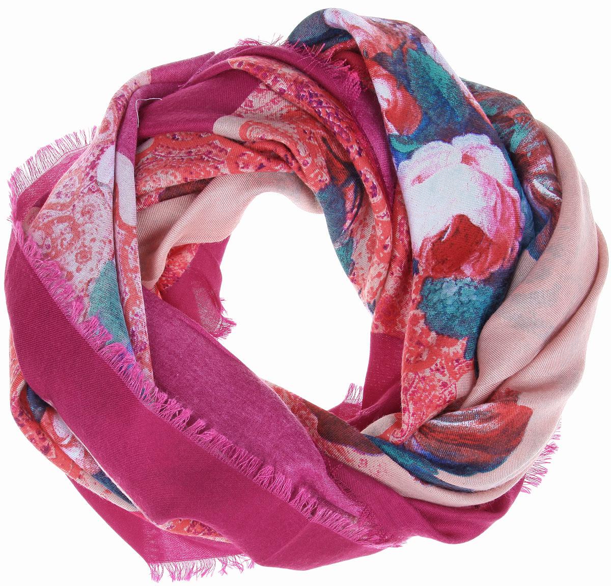 ПлатокBH-11524-3Платок Sophie Ramage, выполненный из модала с добавлением кашемира, идеально дополнит образ современной женщины. Благодаря своему составу, он удивительно мягкий и очень приятный на ощупь. Модель оформлена ярким цветочным принтом, а по краям декорирована короткой бахромой. Классическая квадратная форма позволяет носить платок на шее, украшать им прическу или декорировать сумочку. С этим платком вы всегда будете выглядеть стильно, ярко и привлекательно.