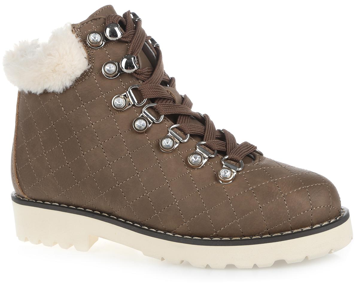 558117/02-09Невероятно удобные и стильные ботинки Keddo не оставят равнодушной ни одну модницу. Модель выполнена из искусственного нубука, оформленного стеганной прострочкой. Верх изделия оформлен шнуровкой, которая надежно фиксирует модель на ноге и регулирует объем, и металлической фурнитурой, инкрустированной стразами. Подкладка и стелька из натуральной шерсти согреют ножки ребенка в холод. Кант дополнен искусственным мехом. Рант декорирован светлой прострочкой. Подошва и каблук имеют специальное рифление, которое защищает от скольжения. Удобные ботинки придутся по душе вашему ребенку!