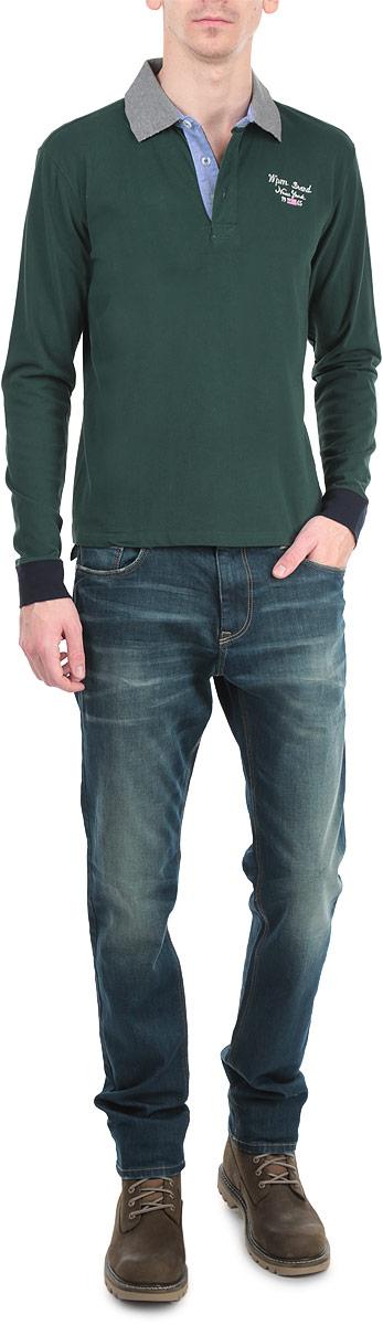 Футболка-поло мужская с длинным рукавом WPM. 10389 715310389 7153 B148Модная и комфортная мужская футболка-поло WPM с длинным рукавом изготовлена из натурального хлопка. Она необычайно мягкая и приятная на ощупь, не сковывает движения и позволяет коже дышать, не раздражает даже самую нежную и чувствительную кожу. Модель классического кроя дополнена отложным воротником-поло и небольшой застежкой на три пуговицы. Снизу по бокам расположены разрезы. На груди футболка декорирована вышивкой в виде надписей. На рукавах имеются широкие трикотажные манжеты, не стягивающие запястья. Манжеты и воротник оформлены контрастным цветом. Эта модель создана для тех, кто предпочитает комфорт, свободу в движении и практичность.