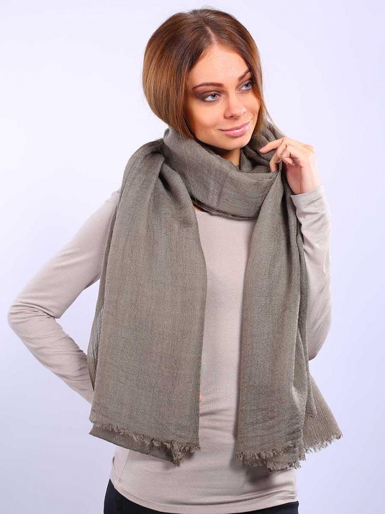 2713401-02Элегантный палантин Venera подчеркнет ваш неповторимый образ. Привлекательное изделие, которое как нельзя будет, кстати, в холодные сезоны и с повседневной одеждой. Мягкий женский палантин, однотонный, имеет простенький, но и одновременно стильный дизайн, а приятная текстура ткани еще и очень комфортная и уютная.