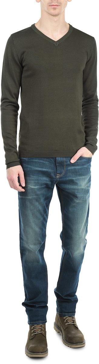 Джемпер мужской. 6132302 37766132302 3776_DARK OLIVEОригинальный мужской джемпер Tom Tailor, изготовленный из хлопкового материала с добавлением вискозы, мягкий и приятный на ощупь, не сковывает движений и обеспечивает наибольший комфорт. Модель свободного кроя с V-образным вырезом горловины и длинными рукавами великолепно подойдет для создания современного образа в стиле Casual. Манжеты рукавов и низ джемпера связаны резинкой. Этот джемпер послужит отличным дополнением к вашему гардеробу. В нем вы всегда будете чувствовать себя уютно и комфортно в прохладную погоду.