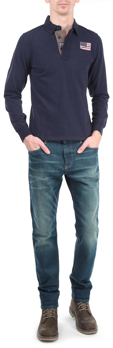 Футболка-поло с длинным рукавом мужская. 10393 715310393 7153 B148Модная и комфортная мужская футболка-поло WPM с длинным рукавом изготовлена из натурального хлопка. Она необычайно мягкая и приятная на ощупь, не сковывает движения и позволяет коже дышать, не раздражает даже самую нежную и чувствительную кожу. Модель классического кроя дополнена отложным воротником-поло и небольшой застежкой на три пуговицы. Снизу по бокам имеются разрезы. На груди футболка декорирована шевроном и вышивкой в виде надписей. Низ изделия также декорирован нашивкой. Зона локтей оформлена оригинальными накладками. На рукавах имеются широкие трикотажные манжеты, не стягивающие запястья. Эта модель создана для тех, кто предпочитает комфорт, свободу в движении и практичность.