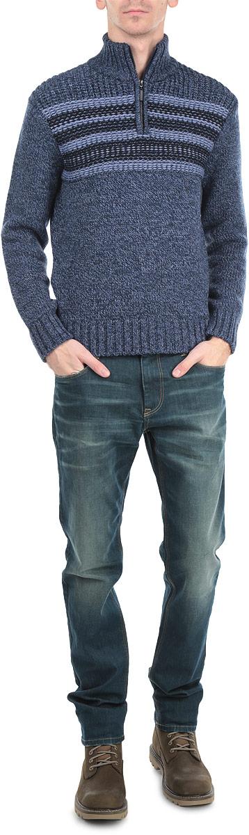 Свитер мужской. W15-22101W15-22101Мужской свитер Finn Flare, изготовленный из высококачественной комбинированной пряжи из шерсти и акрила, мягкий и приятный на ощупь, не сковывает движений и обеспечивает наибольший комфорт. Модель с воротником-стойкой на застежке-молнии и длинными рукавами великолепно подойдет для создания образа в стиле Casual. Манжеты рукавов и низ свитера связаны резинками. Изделие оформлено контрастными полосками на груди. Этот свитер послужит отличным дополнением к вашему гардеробу. В нем вы всегда будете чувствовать себя уютно и комфортно в прохладную погоду.