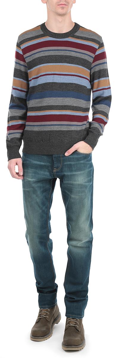 Джемпер мужской. W15-42100W15-42100_200Стильный мужской джемпер Finn Flare, выполненный из высококачественного материала, необычайно мягкий и приятный на ощупь, не сковывает движения, обеспечивая наибольший комфорт. Модель с круглым вырезом горловины и длинными рукавами идеально гармонирует с любыми предметами одежды и будет уместен и на отдых, и на работу. Низ и манжеты изделия связаны широкой резинкой, что предотвращает деформацию при носке. Мягкий и уютный джемпер станет прекрасным дополнением вашего гардероба.