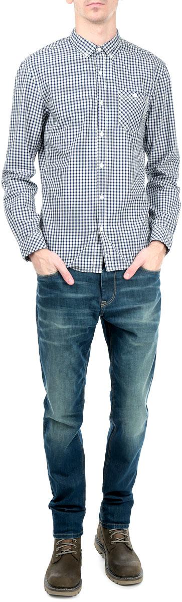 Рубашка мужская. 2030956.00.122030956.00.12_6814Стильная мужская рубашка Tom Tailor Denim, выполненная из высококачественного хлопкового материала, приятная на ощупь, не сковывает движения, обеспечивая наибольший комфорт. Модель с отложным воротником и длинными рукавами застегивается на пластиковые пуговицы по всей длине. Манжеты изделия застегиваются на пуговицы. Модель с оригинальным клетчатым принтом спереди дополнена нашивным карманом. Эта модная и удобная рубашка послужит замечательным дополнением к вашему гардеробу.