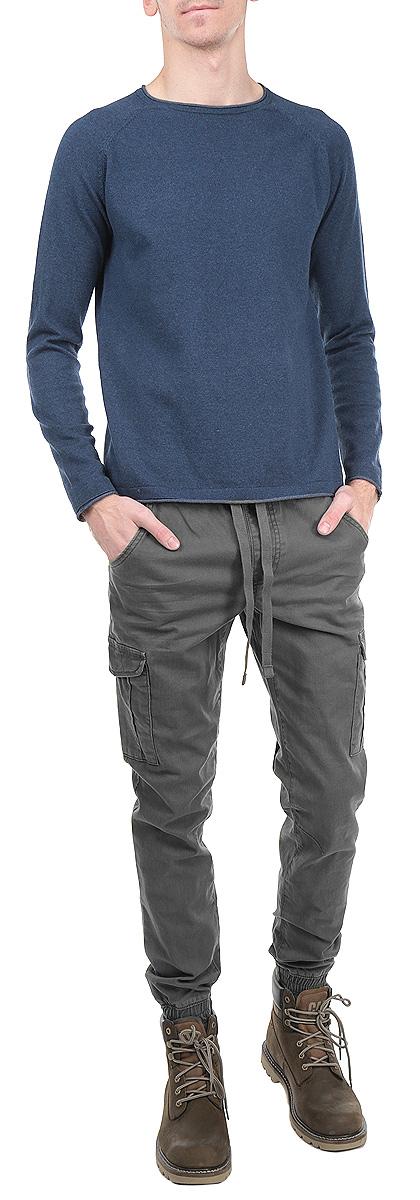 Брюки6403734.00.12_2661Стильные мужские брюки Tom Tailor Denim, выполненные из натурального хлопка с добавлением эластана, необычайно мягкие и приятные на ощупь, не сковывают движения, обеспечивая наибольший комфорт. Брюки классического кроя и низкой посадки на талии дополнены широкой эластичной резинкой с кулиской. Манжеты изделия также дополнены эластичными резинками. Спереди модель оформлена двумя втачными карманами с косыми срезами, одним потайным кармашком и двумя нашивными карманами с клапанами на металлических кнопках, а сзади - двумя нашивными карманами. Эти модные и в тоже время комфортные брюки послужат отличным дополнением к вашему гардеробу.