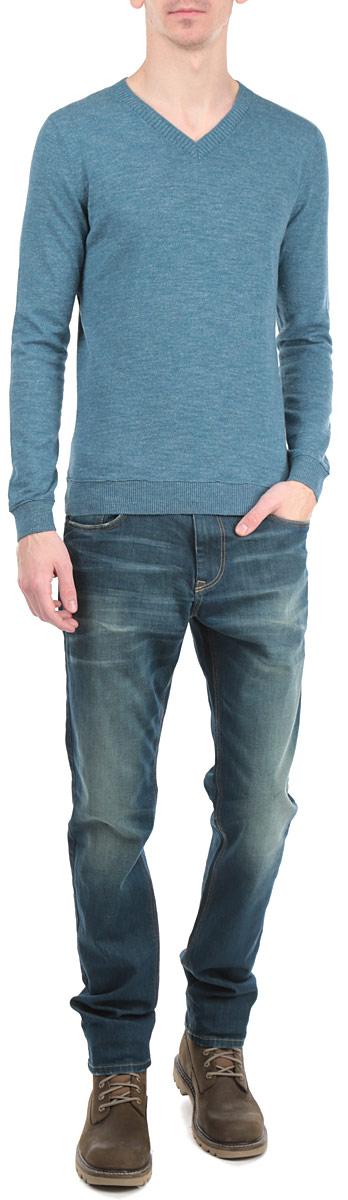 3020490.00.10_6900Стильный мужской пуловер Tom Tailor, выполненный из высококачественного материала, приятный на ощупь, не сковывает движения, обеспечивая наибольший комфорт. Модель с V-образным вырезом горловины и длинными рукавами спереди дополнена небольшим металлическим декоративным элементом с надписями. Низ и манжеты изделия связаны широкой резинкой, что предотвращает деформацию при носке и препятствует проникновению холодного воздуха. Модель идеально гармонирует с любыми предметами одежды и будет уместна и на отдых, и работу. Этот модный пуловер станет отличным дополнением вашего гардероба.