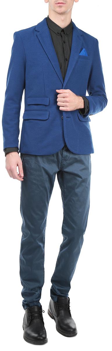 Пиджак мужской. SMR0217GRSMR0217GRКлассический мужской пиджак Top Secret изготовлен из высококачественного полиэстера, приятного на ощупь и обеспечивающего комфорт и удобство при носке. Кардиган с воротником с лацканами и длинными рукавами застегивается на две пуговицы. Манжеты рукавов также дополнены пуговицами. Пиджак имеет открытый нагрудный карман, два накладных кармана спереди и два внутренних втачных кармана. Также в комплект входит декоративный платок. Этот модный и в тоже время комфортный пиджак отличный вариант как для офиса, так и для повседневной носки. Он станет великолепным дополнением к вашему гардеробу, а благодаря классическому фасону, такой пиджак будет прекрасно сочетаться с любыми нарядами.