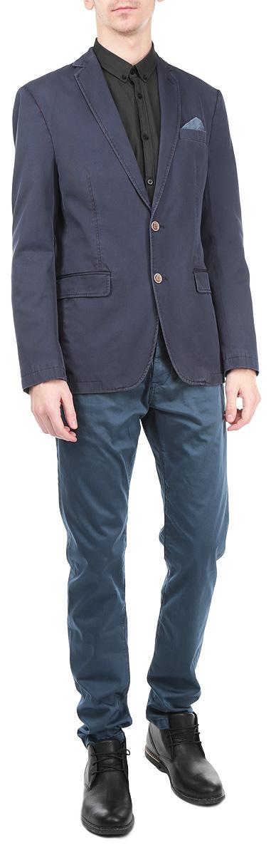 3922458.00.11_6715Классический мужской пиджак Tom Tailor изготовлен из высококачественного 100% хлопка, приятного на ощупь и обеспечивающего комфорт и удобство при носке. Пиджак с воротником с лацканами и длинными рукавами застегивается на две пуговицы. Манжеты рукавов также дополнены пуговицами. Пиджак имеет открытый нагрудный карман и внутренний втачной карман. Изделие оформлено имитацией карманов спереди, также в комплект входит декоративный платок. Этот модный и в тоже время комфортный пиджак отличный вариант как для офиса, так и для повседневной носки. Он станет великолепным дополнением к вашему гардеробу, а благодаря классическому фасону, такой пиджак будет прекрасно сочетаться с любыми нарядами.
