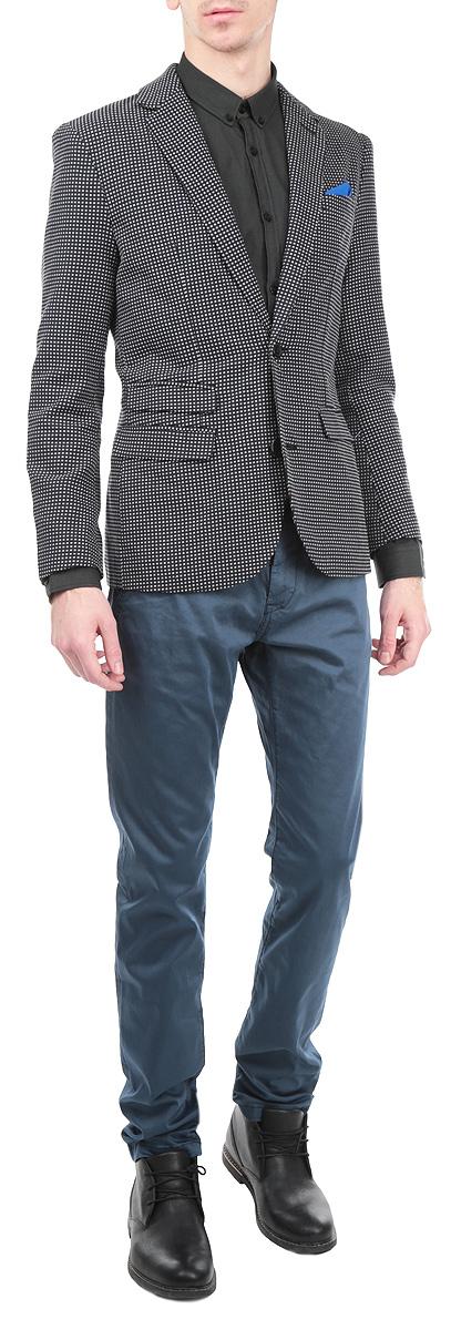 ПиджакSMR0219CAКлассический мужской пиджак Top Secret изготовлен из высококачественного 100% хлопка, приятного на ощупь и обеспечивающего комфорт и удобство при носке. Кардиган с воротником с лацканами и длинными рукавами застегивается на две пуговицы. Манжеты рукавов также дополнены пуговицами. Пиджак имеет открытый нагрудный карман, два накладных кармана спереди и два внутренних втачных кармана. В комплект входит декоративный платок. Этот модный и в тоже время комфортный пиджак отличный вариант как для офиса, так и для повседневной носки. Он станет великолепным дополнением к вашему гардеробу, а благодаря классическому фасону, такой пиджак будет прекрасно сочетаться с любыми нарядами.