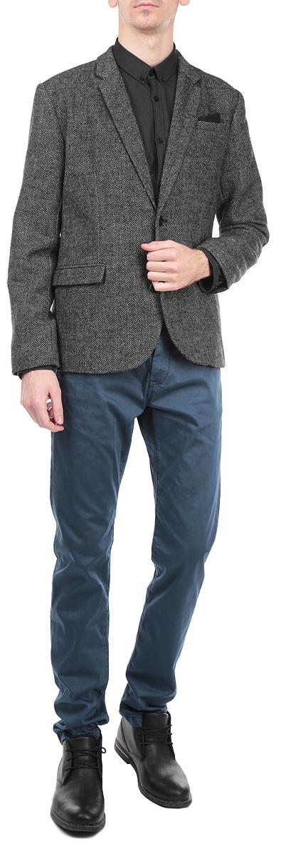 ПиджакSMR0213SZКлассический мужской пиджак Top Secret изготовлен из высококачественного комбинированного материала, приятного на ощупь и обеспечивающего комфорт и удобство при носке. Кардиган с воротником с лацканами и длинными рукавами застегивается на две пуговицы. Манжеты рукавов также дополнены пуговицами. Пиджак имеет открытый нагрудный карман и два внутренних втачных кармана. Изделие оформлено имитацией карманов спереди, также в комплект входит декоративный платок. Этот модный и в тоже время комфортный пиджак отличный вариант как для офиса, так и для повседневной носки. Он станет великолепным дополнением к вашему гардеробу, а благодаря классическому фасону, такой пиджак будет прекрасно сочетаться с любыми нарядами.