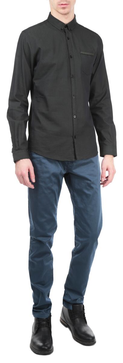 Рубашка мужская. 2030594.00.152030594.00.15_2999Стильная мужская рубашка Tom Tailor, выполненная из высококачественного хлопкового материала, приятная на ощупь, не сковывает движения, обеспечивая наибольший комфорт. Модель с отложным воротником и длинными рукавами застегивается на пластиковые пуговицы по всей длине. Манжеты изделия дополнены пуговицами, с помощью которых можно регулировать обхват запястья. Спереди изделие дополнено нашивным карманом. Эта модная и удобная рубашка послужит замечательным дополнением к вашему гардеробу.