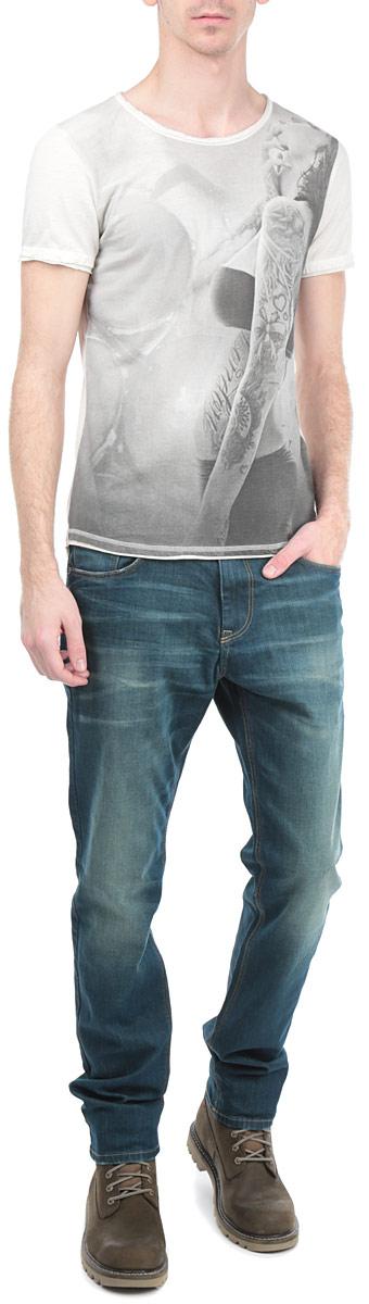Футболка мужская. 1033207.01.121033207.01.12_8452Стильная мужская футболка Tom Tailor Denim, выполненная из высококачественного хлопкового материала, обладает высокой воздухопроницаемостью и гигроскопичностью, позволяет коже дышать. Модель с короткими рукавами и круглым вырезом горловины спереди оформлена оригинальным принтом с изображением девушки. Горловина, рукава и низ изделия выполнены с необработанным краем. Эта футболка - идеальный вариант для создания эффектного образа.