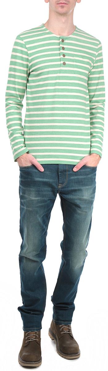 Лонгслив мужской. 1033288.63.101033288.63.10_7397Стильный мужской лонгслив Tom Tailor, выполненный из высококачественного хлопкового материала, приятный на ощупь, не сковывает движения, обеспечивая наибольший комфорт. Модель прямого кроя с круглым вырезом горловины и длинными рукавами от горловины застегивается на четыре пластиковые пуговицы. Изделие с оригинальным принтом в широкую полоску спереди дополнено нашивным карманом. Стильный лонгслив подчеркнет достоинства вашей фигуры и позволит вам выглядеть современно. Такая модель станет отличным дополнением вашего гардероба.
