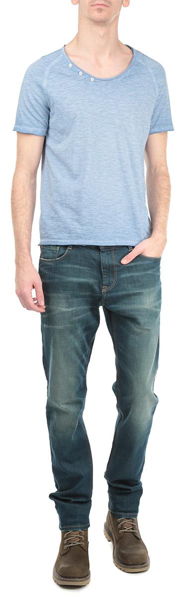 Футболка1033483.63.12_7550Стильная мужская футболка Tom Tailor Denim, выполненная из высококачественного хлопкового материала, обладает высокой воздухопроницаемостью и гигроскопичностью, позволяет коже дышать. Модель с короткими рукавами и круглым вырезом горловины спереди по краю горловины декорирована тремя пластиковыми пуговицами. Горловина, рукава и низ изделия выполнены с необработанным краем. Эта футболка - идеальный вариант для создания эффектного образа.