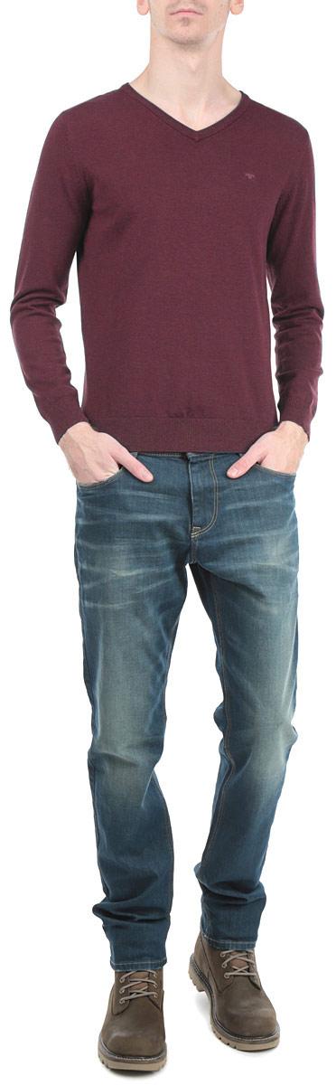 Пуловер мужской. 3019732.00.103019732.00.10_4666Стильный мужской пуловер Tom Tailor, выполненный из высококачественного материала, приятный на ощупь, не сковывает движения, обеспечивая наибольший комфорт. Модель с V-образным вырезом горловины и длинными рукавами спереди декорирована вышитой в виде буквы T. Низ и манжеты изделия связаны широкой резинкой, что предотвращает деформацию при носке и препятствует проникновению холодного воздуха. Модель идеально гармонирует с любыми предметами одежды и будет уместна и на отдых, и работу. Этот модный пуловер станет отличным дополнением вашего гардероба.