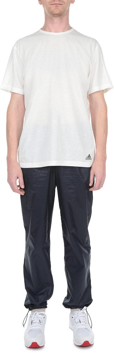 Брюки спортивные мужские Ds Pkbl Pant. Z82641/Z82640Z82640Мужские спортивные брюки Reebok Ds Pkbl Pant великолепно подойдут для отдыха и занятия спортом. Изготовленные из 100% нейлона, они необычайно мягкие и приятные на ощупь. Карманы выполнены из 100% полиэстера (микросетки). Брюки на поясе дополнены широкой эластичной резинкой, регулируемой шнурком. Спереди предусмотрены два прорезных кармана на молниях. Низ брючин дополнен скрытыми эластичными резинками со стопперами. Оформлено изделие термоаппликациями в виде названия бренда. Эти модные и в тоже время удобные брюки - настоящее воплощение комфорта. В них вы всегда будете чувствовать себя уверенно и уютно.