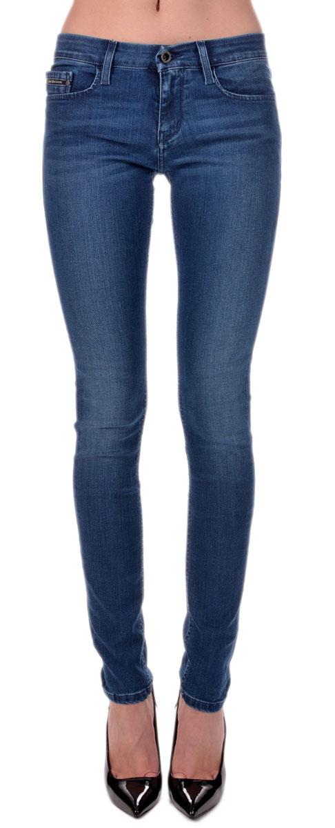Джинсы женские. J2EJ201780J2EJ201780Стильные женские джинсы Calvin Klein - это джинсы высочайшего качества, которые прекрасно сидят. Они выполнены из высококачественного эластичного хлопка, что обеспечивает комфорт и удобство при носке. Джинсы скинни средней посадки станут отличным дополнением к вашему современному образу. Джинсы застегиваются на пуговицу в поясе и ширинку на застежке-молнии, имеются шлевки для ремня. Джинсы имеют классический пятикарманный крой: спереди модель оформлена двумя втачными карманами и одним маленьким накладным кармашком, а сзади - двумя накладными карманами. Эти модные и в тоже время комфортные джинсы послужат отличным дополнением к вашему гардеробу.