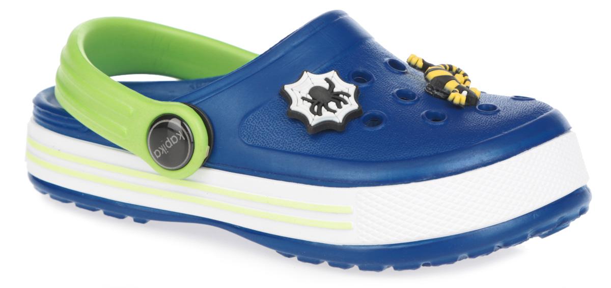 Сабо для мальчика. 8207982079Чудесные сабо для мальчика от Kapika с ремешком на пятке покорят вашего малыша с первого взгляда. Модель полностью изготовлена из надежного материала PEVA, - это легкая и удобная обувь. PEVA - легкий и прочный материал, обладающий хорошими амортизирующими свойствами и водонепроницаемостью. Структура подошвы стимулирует кровообращение. Большое количество дырочек в верхней части обеспечивает вентиляцию ноги. Сабо декорированы съемными яркой пряжкой, объемными декоративными элементами в виде машин, ящерицы и паучка. Подошва оформлена стильными полосами и принтом в виде логотипа бренда. Такие сабо - отличное решение для каждодневного использования!