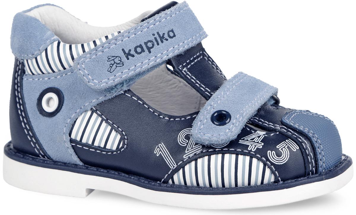 Сандалии для мальчика. 21263-121263-1Стильные сандалии от Kapika не оставят равнодушным вашего мальчика! Модель изготовлена из комбинации натуральной кожи и замши контрастных цветов. По бокам обувь декорирована оригинальным принтом. Закрытый задник и усиленный мысок защищают детскую стопу от ударов при движении. Ремешки с застежками-липучками, один из которых дополнен тиснением в виде логотипа бренда, а другой - декоративным металлическим элементом, прочно закрепят модель на ножке. Внутренняя часть и стелька исполнены из натуральной кожи. Мягкая стелька дополнена супинатором, который обеспечивает правильное положение ноги ребенка при ходьбе. Максимально комфортная подошва обеспечивает отличное сцепление с поверхностью. Практичные и стильные сандалии займут достойное место в гардеробе вашего ребенка.