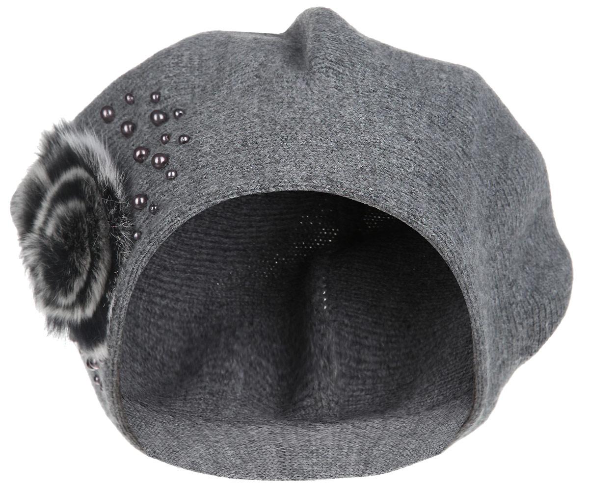 Берет1-025_001Женский берет Flioraj станет отличным дополнением к вашему гардеробу в холодную погоду. Он выполнен из шерсти с добавлением акрила, мягкий и приятный на ощупь, максимально сохраняет тепло. Модель украшена бусинами и декоративным элементом из натурального меха. Такой стильный и теплый аксессуар подчеркнет вашу женственность и неповторимость! Уважаемые клиенты! Размер, доступный для заказа, является обхватом головы.