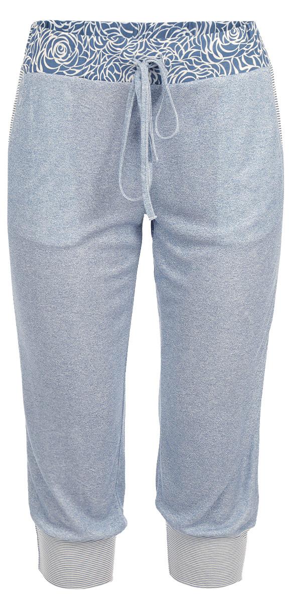 БриджиR1550-56Легкие пижамные бриджи Ardi, выполненные из комбинированного материала, необычайно мягкие и приятные на ощупь, не сковывают движения, обеспечивая наибольший комфорт. Бриджи свободные по ноге, внизу присобраны на широкие манжеты из ткани в полоску. Боковые карманы с отделкой из ткани в полоску. По верхнему краю широкий пояс из материала с цветочным узором. Пояс дополнен резинкой и тонким текстильным шнурком. В таких бриджах вы будете чувствовать себя уютно и комфортно.