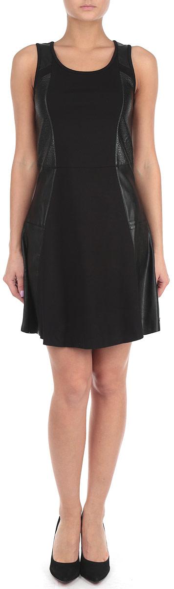 Платье. J2IJ203060J2IJ203060Стильное платье Calvin Klein Jeans, выполненное из высококачественных материалов, идеально впишется в ваш гардероб. Модель приталенного силуэта с круглым воротником и без рукавов прекрасно подчеркнет достоинства вашей фигуры. Платье с эффектными вставками из искусственной кожи застегивается на спинке по срединному шву на металлическую застежку-молнию. Низ изделия выполнен с необработанным краем. Это эффектное платье станет отличным дополнением к вашему гардеробу