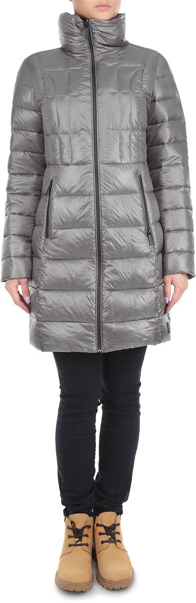 Куртка женская. J2IJ203110J2IJ203110Стильная женская куртка Calvin Klein Jeans отлично подойдет для холодной погоды. Модель приталенного силуэта с воротником-стойкой и длинными рукавами застегивается на пластиковую застежку-молнию по всей длине. Куртка оформлена эффектной стежкой, что обеспечивает равномерное распределение утеплителя внутри изделия. Спереди модель дополнена двумя прорезными карманами на застежке-молнии. С внутренней стороны имеется накладной карман. Спереди снизу модель декорирована нашивкой из резины с изображением логотипа бренда. Эта модная куртка послужит отличным дополнением к вашему гардеробу.