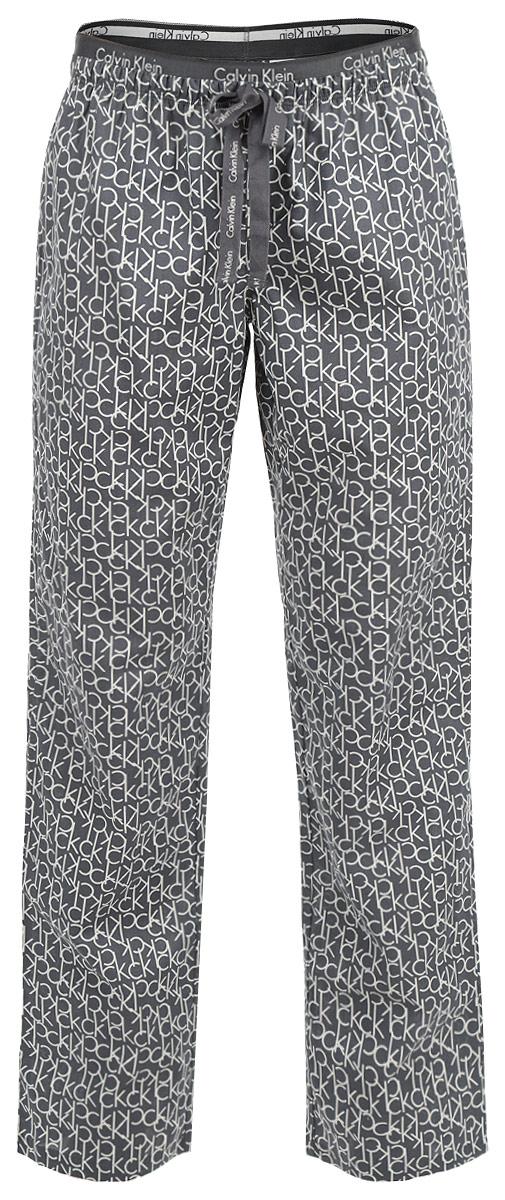Брюки пижамные женские. QS1682EG01QS1682EG01Женские пижамные брюки Calvin Klein Underwear подарят настоящий комфорт своей обладательнице. Выполненные из натурального хлопка, они легкие, приятные к телу, отлично пропускают воздух. Брюки свободного кроя имеют на талии широкую резинку, дополненную надписями с названием бренда. Модель оформлена принтом с надписями по всей поверхности. На поясе брюки декорированы ажурными петельками и бантиком. Брюки станут идеальным дополнением к вашему гардеробу, в них вы будете чувствовать себя комфортно и уютно!
