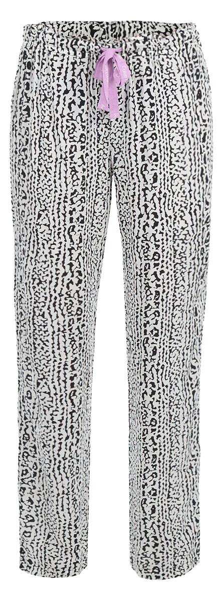 Брюки пижамные женские. S1614EIP1S1614EIP1Женские пижамные брюки Calvin Klein Underwear подарят настоящий комфорт своей обладательнице. Выполненные из 100% вискозы, они легкие, приятные к телу, отлично пропускают воздух. Брюки свободного кроя имеют на талии резинку, которая дополнительно регулируется скрытым шнурком. Модель оформлена оригинальным ярким принтом. Такие брюки придадут непринужденному домашнему образу завершенность, в них вы будете чувствовать себя комфортно и уютно!