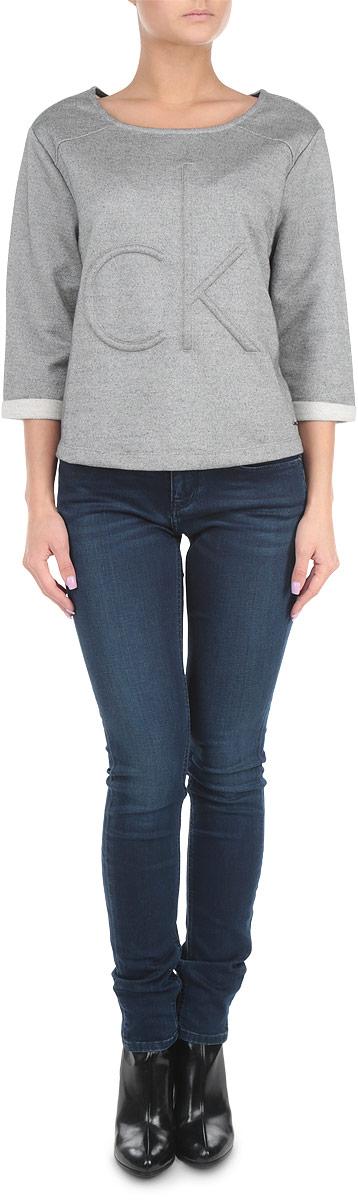 СвитшотJ2EJ203070Симпатичный женский свитшот Calvin Klein Jeans, выполненный из высококачественного материала, обладает высокой теплопроводностью, воздухопроницаемостью и гигроскопичностью, позволяет коже дышать, очень комфортен при носке. Модель свободного кроя с рукавами длиной 3/4 и круглым вырезом горловины - прекрасная комбинация комфорта и стиля. По бокам предусмотрены небольшие разрезы. Спереди изделие оформлено выпуклым логотипом бренда. Такая модель будет дарить вам комфорт и послужит замечательным дополнением к вашему гардеробу.