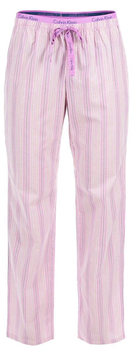 Брюки пижамные женские. QS1682ERI5QS1682ERI5Женские пижамные брюки Calvin Klein Underwear подарят настоящий комфорт своей обладательнице. Выполненные из натурального хлопка, они легкие, приятные к телу, отлично пропускают воздух. Брюки свободного кроя имеют на талии широкую резинку, дополненную надписями с названием бренда. Модель оформлена принтом в полоску. На поясе брюки декорированы ажурными петельками и бантиком. Брюки станут идеальным дополнением к вашему гардеробу, в них вы будете чувствовать себя комфортно и уютно!