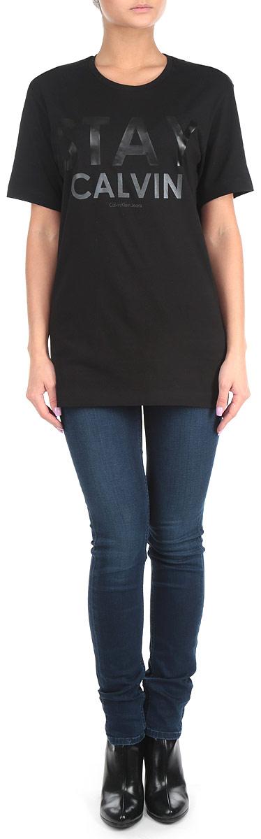 ФутболкаJ2IJ203496Стильная женская футболка Calvin Klein Jeans, выполненная из 100%-го хлопка, приятная на ощупь не сковывает движения и позволяет коже дышать. Модель с круглым вырезом горловины и короткими рукавами спереди оформлена принтовыми надписями. Эта футболка станет отличным дополнением к вашему гардеробу.
