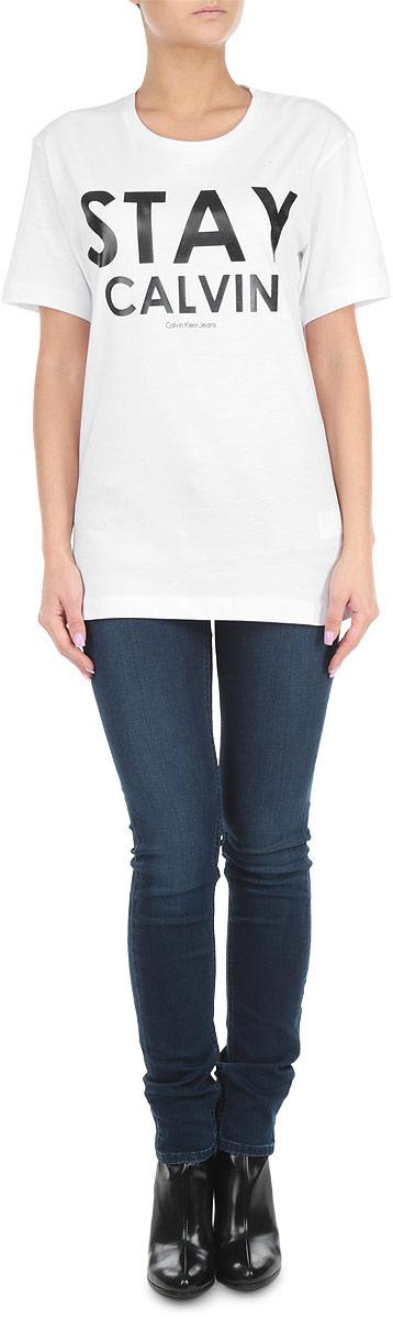 Футболка женская. J2IJ203496J2IJ203496Стильная женская футболка Calvin Klein Jeans, выполненная из 100%-го хлопка, приятная на ощупь не сковывает движения и позволяет коже дышать. Модель с круглым вырезом горловины и короткими рукавами спереди оформлена принтовыми надписями. Эта футболка станет отличным дополнением к вашему гардеробу.