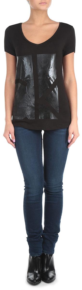 ФутболкаJ2EJ203070Стильная женская футболка Calvin Klein Jeans, выполненная из вискозы с добавлением эластана, приятная на ощупь не сковывает движения и позволяет коже дышать. Модель с круглым вырезом горловины и короткими рукавами спереди оформлена эффектным принтом с изображением логотипа бренда. Эта футболка станет отличным дополнением к вашему гардеробу.