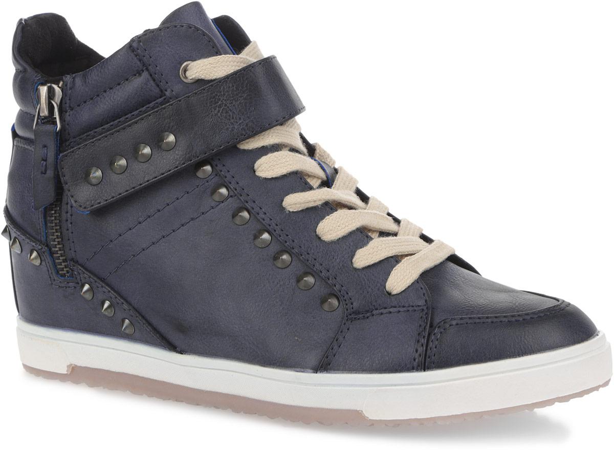 Ботинки женские. 143-14143-14Стильные женские ботинки от Nobbaro придутся по душе любой моднице. Модель, выполненная из искусственной кожи, оформлена металлическими заклепками и сбоку - декоративной молнией. Шнуровка надежно фиксирует обувь на ноге. Поверх шнуровки располагается хлястик на липучке. Подкладка и стелька из текстиля комфортны при ходьбе. Рельефная подошва обеспечивает отличное сцепление с поверхностью. Такие ботинки прекрасно подойдут для повседневного использования и подчеркнут ваш стиль и индивидуальность.