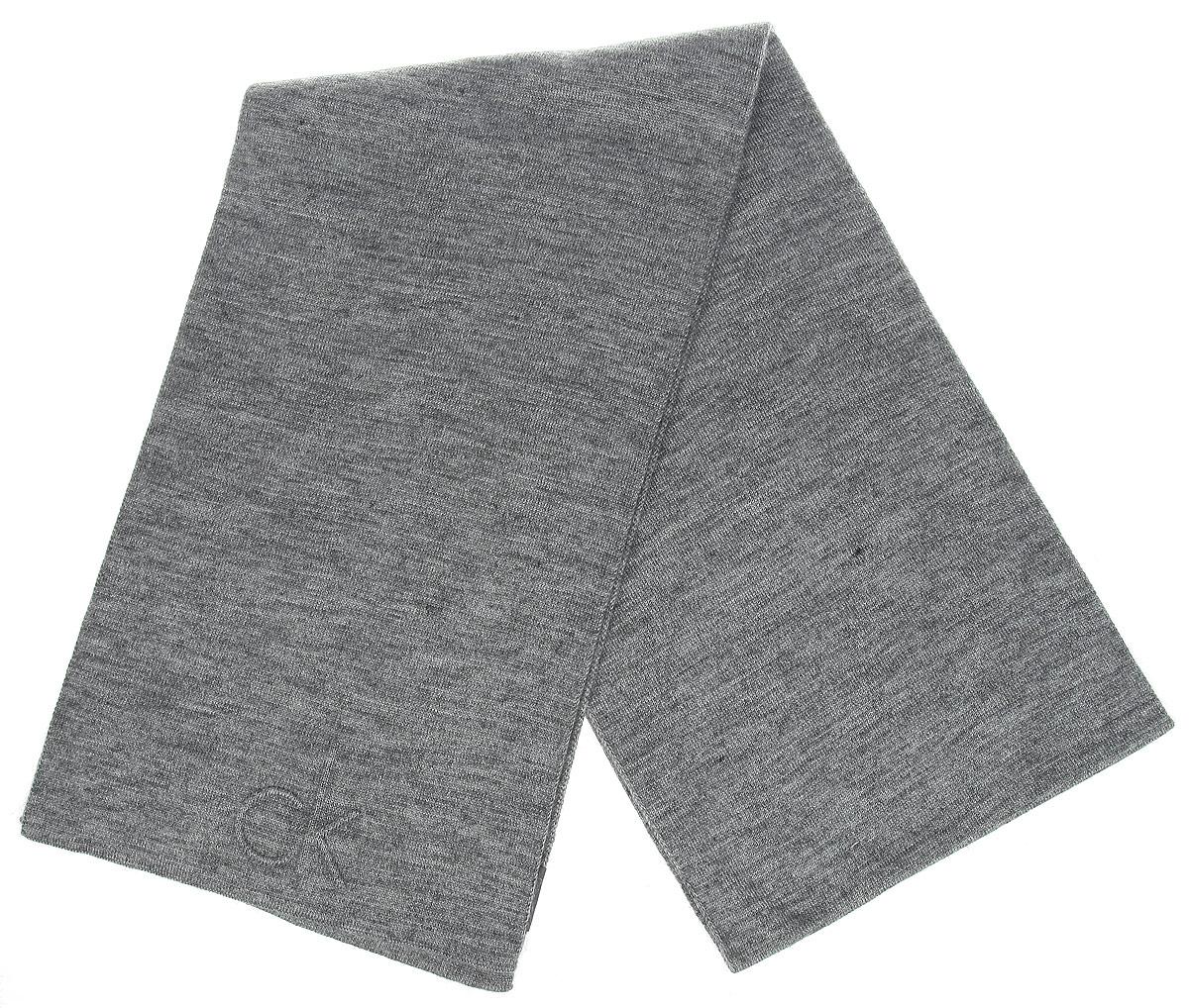 Шарф мужской. K50K501401K50K501401Стильный мужской шарф Calvin Klein Jeans, выполненный из акриловой пряжи с добавлением шерсти, создан подчеркнуть ваш вкус и согреть вас в прохладное время года. Модель отличается невероятной легкостью и мягкостью. Шарф с одного края оформлен выпуклым логотипом бренда. Этот модный аксессуар гармонично дополнит ваш образ.