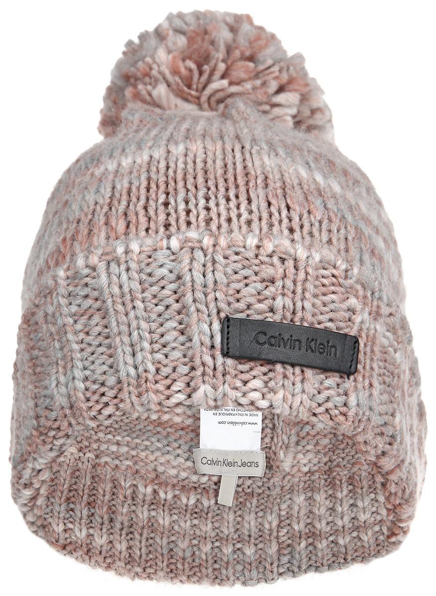 Шапка женская. K60K601363K60K601363Вязаная женская шапка Calvin Klein Jeans отлично подойдет для холодной погоды. Изготовленная из шерсти и акрила, она мягкая и приятная на ощупь, максимально сохраняет тепло. Шапка с отворотом дополнена на макушке пушистым помпоном. Изделие декорировано небольшой пластиной с фирменным логотипом. Такой стильный и теплый аксессуар дополнит ваш образ и подчеркнет индивидуальность!