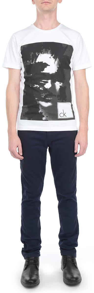 БрюкиJ3EJ301944Мужские брюки Calvin Klein Jeans станут модным дополнением к вашему гардеробу. Изготовленные из эластичного хлопка, они мягкие и приятные на ощупь, не сковывают движения и позволяют коже дышать, обеспечивая комфорт. Брюки прямого кроя на поясе застегиваются на металлическую пуговицу и имеют ширинку на застежке- молнии, а также шлевки для ремня. Спереди у модели предусмотрены два втачных кармана, сзади - также два втачных кармана, один из которых закрывается на пуговицу. Сзади брюки декорированы небольшой металлической пластиной с названием бренда. Современный дизайн и расцветка делают эти брюки стильным предметом одежды, они отлично дополнят ваш образ и подчеркнут неповторимый стиль.