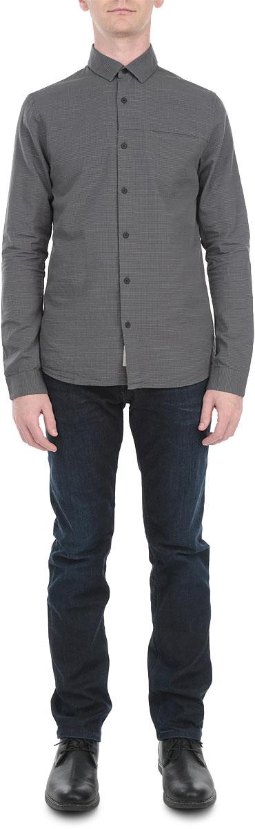 Рубашка мужская. J3EJ302784J3EJ302784Мужская рубашка Calvin Klein Jeans, выполненная из натурального хлопка, идеально дополнит ваш образ. Материал мягкий и приятный на ощупь, не сковывает движения и позволяет коже дышать. Рубашка слегка приталенного кроя с длинными рукавами и отложным воротником спереди застегивается на пуговицы. Манжеты на рукавах также застегиваются на пуговицы. На груди изделие дополнено втачным карманом. Спинка модели удлинена. Изделие оформлено мелким принтом. Такая рубашка будет дарить вам комфорт в течение всего дня и станет стильным дополнением к вашему гардеробу.