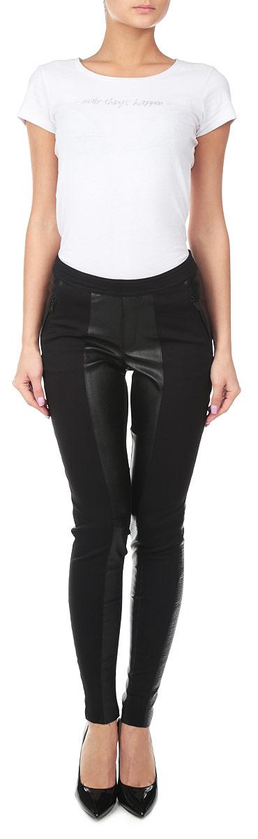Брюки женские. J2IJ203131J2IJ203131Стильные женские брюки Calvin Klein Jeans созданы специально для того, чтобы подчеркивать достоинства вашей фигуры. Модель облегающего кроя и средней посадки станет отличным дополнением к вашему современному образу. Брюки выполнены с эффектными вставками из искусственной кожи. Манжеты брючин выполнены с необработанным краем. Застегиваются брюки сзади по срединному шву на металлическую застежку-молнию. Спереди модель оформлена имитацией гульфика и двумя втачными карманами на застежке-молнии. Сзади на поясе имеется небольшой металлический декоративный элемент с надписью Calvin Klein Jeans. Эти модные и в тоже время комфортные брюки послужат отличным дополнением к вашему гардеробу. В них вы всегда будете чувствовать себя уютно и комфортно.
