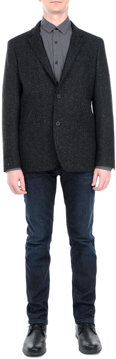 Пиджак мужской. J3IJ302806J3IJ302806Стильный мужской пиджак Calvin Klein Jeans, изготовленный из высококачественного плотного материала, не сковывает движений, обеспечивая наибольший комфорт. Модель прямого кроя с длинными рукавами и воротником с лацканами застегивается спереди на две пластиковые пуговицы. Манжеты рукавов также застегиваются на пуговицы. Спереди пиджак дополнен имитацией втачных карманов. С внутренней стороны имеется втачной карман на пуговице. На спинке предусмотрена шлица, расположенная в среднем шве. Этот теплый пиджак станет отличным дополнением к вашему гардеробу.