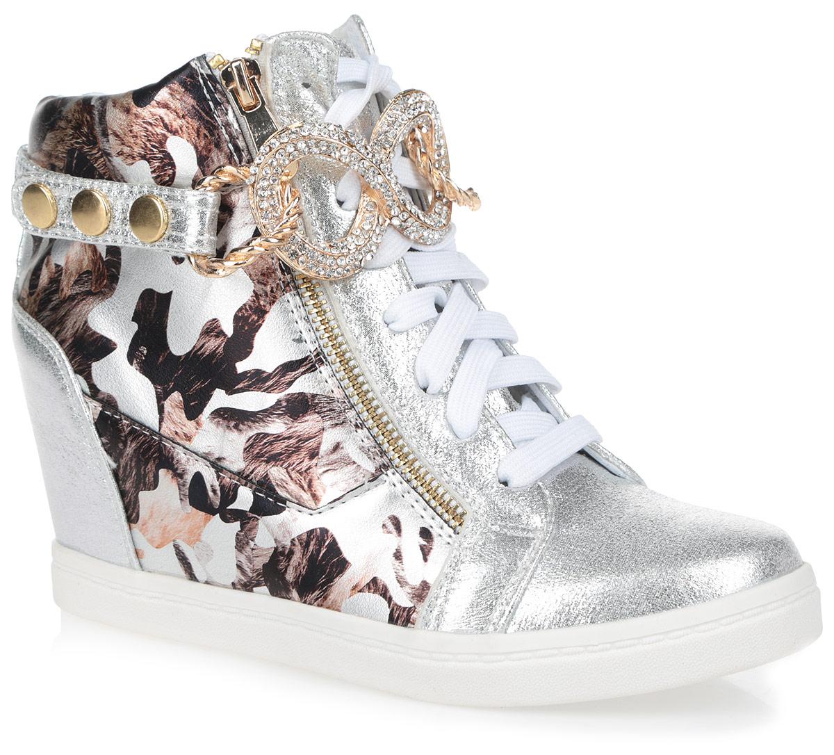 Сникерсы женские. 9150-10329150-1032/SILVERИзящные женские сникерсы Burlesque заинтересуют вас своим дизайном. Модель выполнена из комбинации текстиля с блестящей поверхностью и искусственной кожи, оформленной оригинальным принтом. Верх изделия дополнен шнуровкой, которая надежно зафиксирует обувь на ноге и отрегулирует объем. По бокам сникерсы оформлены двумя металлическими молниями с покрытием под золото, одна из которых функциональная, а другая - декоративная. Подкладка, изготовленная из текстиля, и стелька - из ЭВА материала с покрытием из искусственной кожи, обеспечат ногам уют. Голенище украшено декоративным ремешком со стильной фурнитурой, инкрустированной стразами, который застегивается на кнопки. Танкетка умеренной высоты - устойчива. Подошва из полимерного термопластичного материала с рельефным протектором обеспечивает отличное сцепление с любой поверхностью. В этих сникерсах вашим ногам будет комфортно и уютно. Они подчеркнут ваш стиль и индивидуальность.