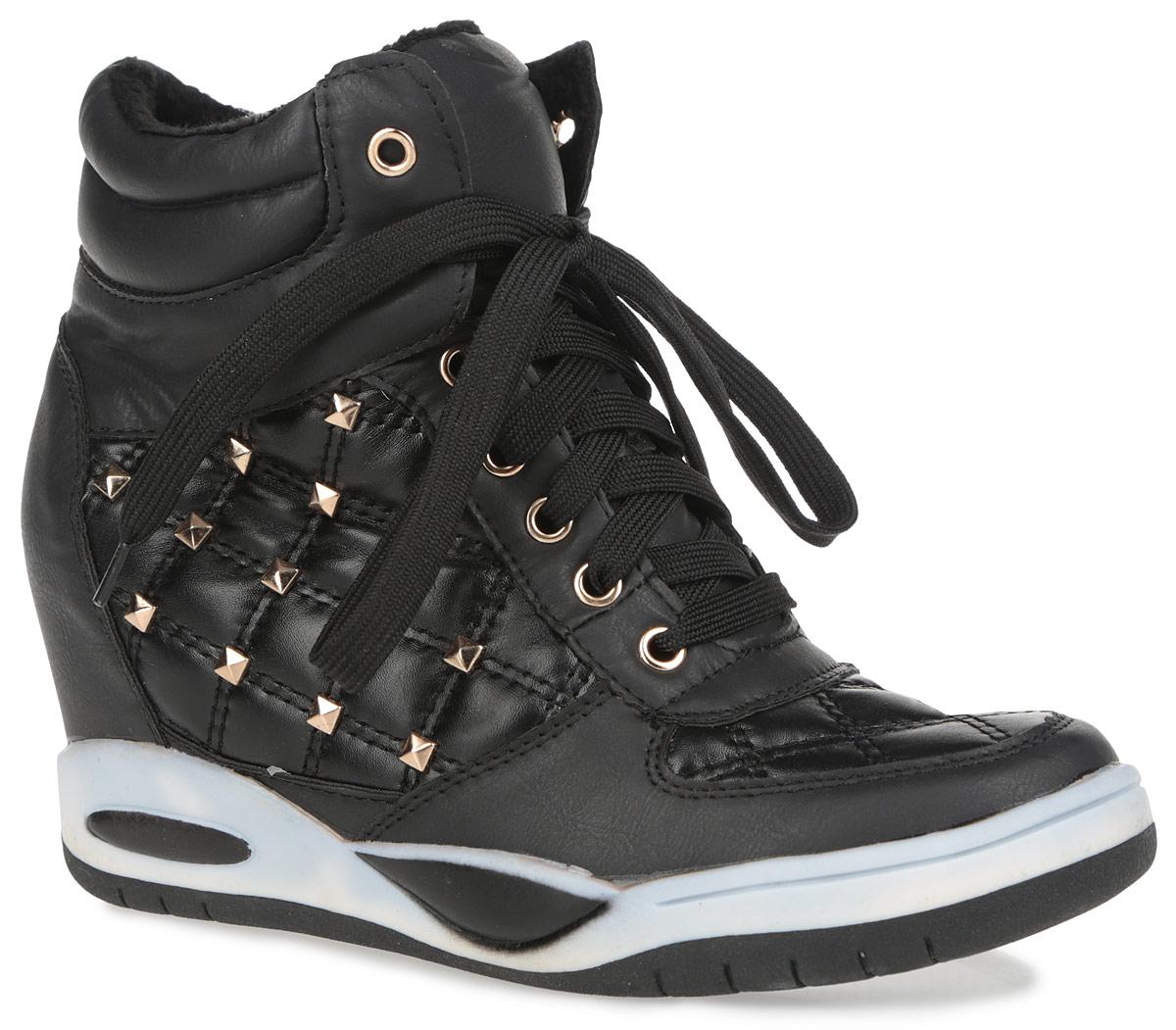 1038-2/BLACKМодные женские сникерсы Burlesque займут достойное место в вашем гардеробе. Модель выполнена из искусственной кожи, декорированной на мыске и по бокам стеганной прострочкой. Верх изделия оформлен шнуровкой, которая надежно зафиксирует обувь на ноге и отрегулирует объем. По канту обувь дополнена горизонтальной строчкой. Подкладка, изготовленная из ворсистого материала, и стелька - из ЭВА материала с покрытием из искусственной кожи, защитят ноги от холода и обеспечат уют. Сбоку сникерсы украшены стильной фурнитурой. Танкетка умеренной высоты - устойчива. Подошва из полимерного термопластичного материала с рельефным протектором обеспечивает отличное сцепление с любой поверхностью. В этих сникерсах вашим ногам будет комфортно и уютно. Они подчеркнут ваш стиль и индивидуальность.