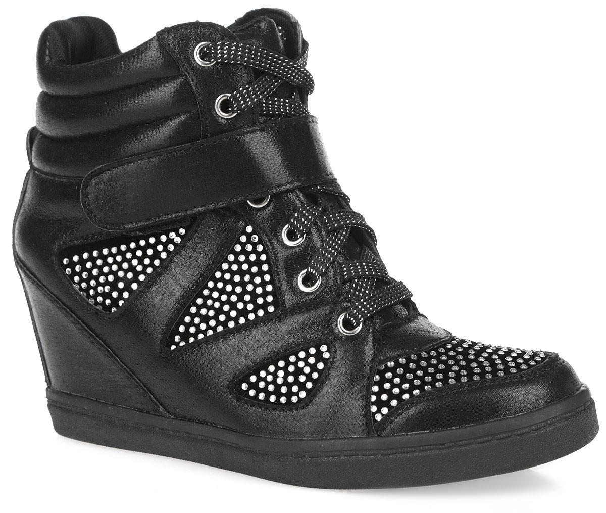 9150-02/BLACKМодные женские сникерсы Burlesque покорят вас с первого взгляда. Модель выполнена из текстиля с блестящей поверхностью и дополнена вставками из искусственной замши, украшенными россыпью страз. Верх изделия оформлен шнуровкой и ремешком на застежке-липучке, которые надежно зафиксируют обувь на ноге и отрегулируют объем. Подкладка, изготовленная из текстиля, и стелька - из ЭВА материала с покрытием из искусственной кожи, обеспечат ногам уют. Верх голенища по канту декорирован горизонтальной строчкой. Задник дополнен наружным ремешком. Танкетка умеренной высоты - устойчива. Подошва из полимерного термопластичного материала с рельефным протектором обеспечивает отличное сцепление с любой поверхностью. В этих сникерсах вашим ногам будет комфортно и уютно. Они подчеркнут ваш стиль и индивидуальность.