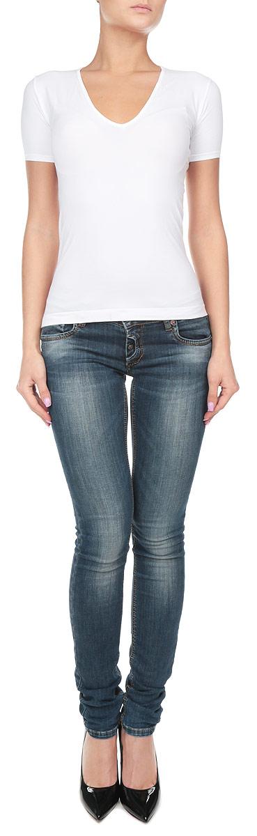 Футболка211263_NeroСтильная женская футболка Intimidea Philadelphia, выполненная из высококачественного эластичного материала, подчеркнет достоинства вашей фигуры. Модель с V-образным вырезом горловины и короткими рукавами. Изделие из микрофибры мягкое приятное на ощупь, не сковывает движения, обеспечивая наибольший комфорт. Микрофибра - гигиеническая дышащая ткань, которая не вызывает аллергию. Воздухопроницаемость обеспечивается малым сечением нити. Из-за особых свойств микрофибры одежда из нее всесезонна: летом она не впитывает влагу, а зимой отлично сохраняет тепло. Структура волокна делает ткань приятной для тела, мягкой и бархатистой. Такая футболка станет отличным дополнением к вашему гардеробу!