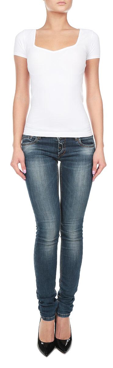 210944_NeroСтильная женская футболка Intimidea Creta, выполненная из высококачественного эластичного материала, подчеркнет достоинства вашей фигуры. Модель с квадратным вырезом горловины и короткими рукавами. Изделие из микрофибры мягкое приятное на ощупь, не сковывает движения, обеспечивая наибольший комфорт. Микрофибра - гигиеническая дышащая ткань, которая не вызывает аллергию. Воздухопроницаемость обеспечивается малым сечением нити. Из-за особых свойств микрофибры одежда из нее всесезонна: летом она не впитывает влагу, а зимой отлично сохраняет тепло. Структура волокна делает ткань приятной для тела, мягкой и бархатистой. Такая футболка станет отличным дополнением к вашему гардеробу!