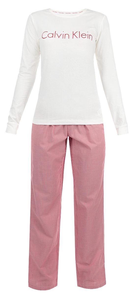 Пижама женская. QS5361EIOSQS5361EIOSЖенская пижама Calvin Klein Underwear состоит из лонгслива и брюк. Пижама выполнена из приятного на ощупь хлопкового материала, не сковывает движения и позволяет коже дышать. Лонгслив прямого кроя с круглым вырезом горловины и длинными рукавами на груди оформлен надписью с названием бренда. Прямые брюки на широкой эластичной резинке оформлены принтом в полоску и на поясе украшены текстильным бантом. Идеальные конструкции и приятное цветовое решение - отличный выбор на каждый день. В такой пижаме вам будет максимально комфортно и уютно.
