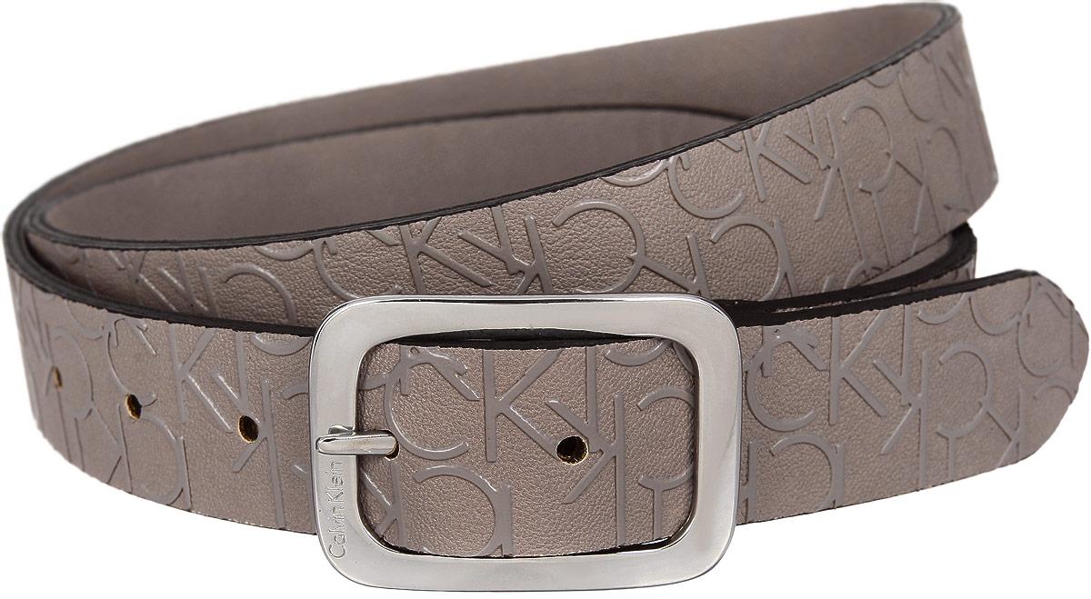 РеменьK60K600630Стильный женский ремень Calvin Klein Jeans станет великолепным дополнением к любому образу. Ремень изготовлен из полиуретана с рельефным рисунком. Оригинальная пряжка выполнена из металла серебристого цвета и оформлена фирменной гравировкой. Ширина изделия дает возможность эффективно применять его с джинсами, брюками или верхней одеждой. В комплект входит фирменный чехол. Такой ремень шикарно дополнит образ и не перегрузит его лишними деталями, а также позволит вам подчеркнуть свой вкус и индивидуальность.